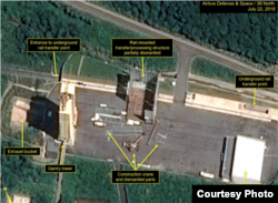 지난 22일 촬영된 북한 동창리 서해위성발장으로 발사 직전 발사체를 조립하는 궤도식(rail-mounted) 구조물등에 대해 해체작업이 진행되는 모습. 건물 인근에는 해체 작업을 위한 크레인이 배치돼 있다. 사진제공=38 North