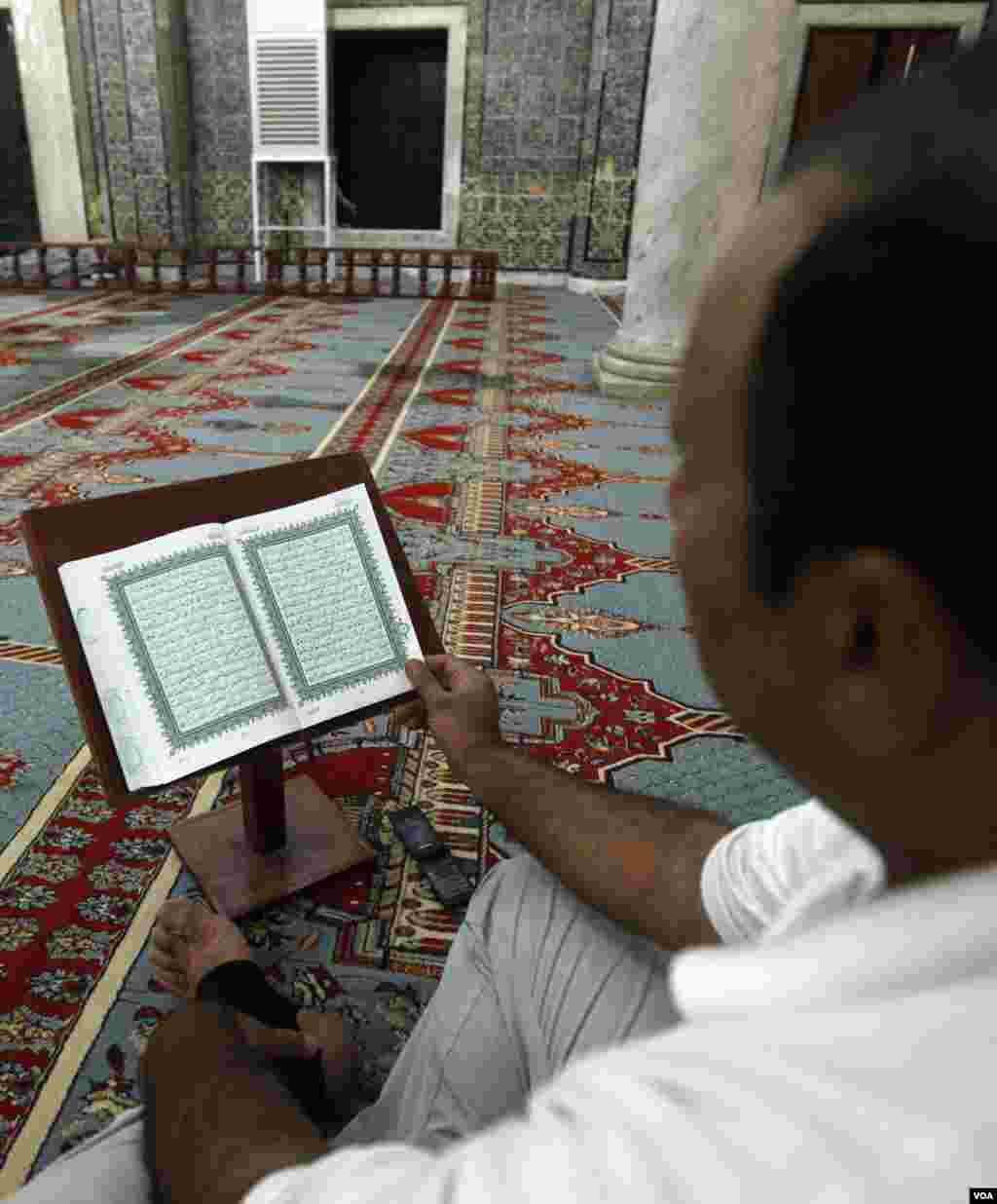 Ramazonning uchinchi kunida Liviyalik musulmon masjidda Qur'on o'qimoqda. Tripoli, 22-iyul, 2012-yil.