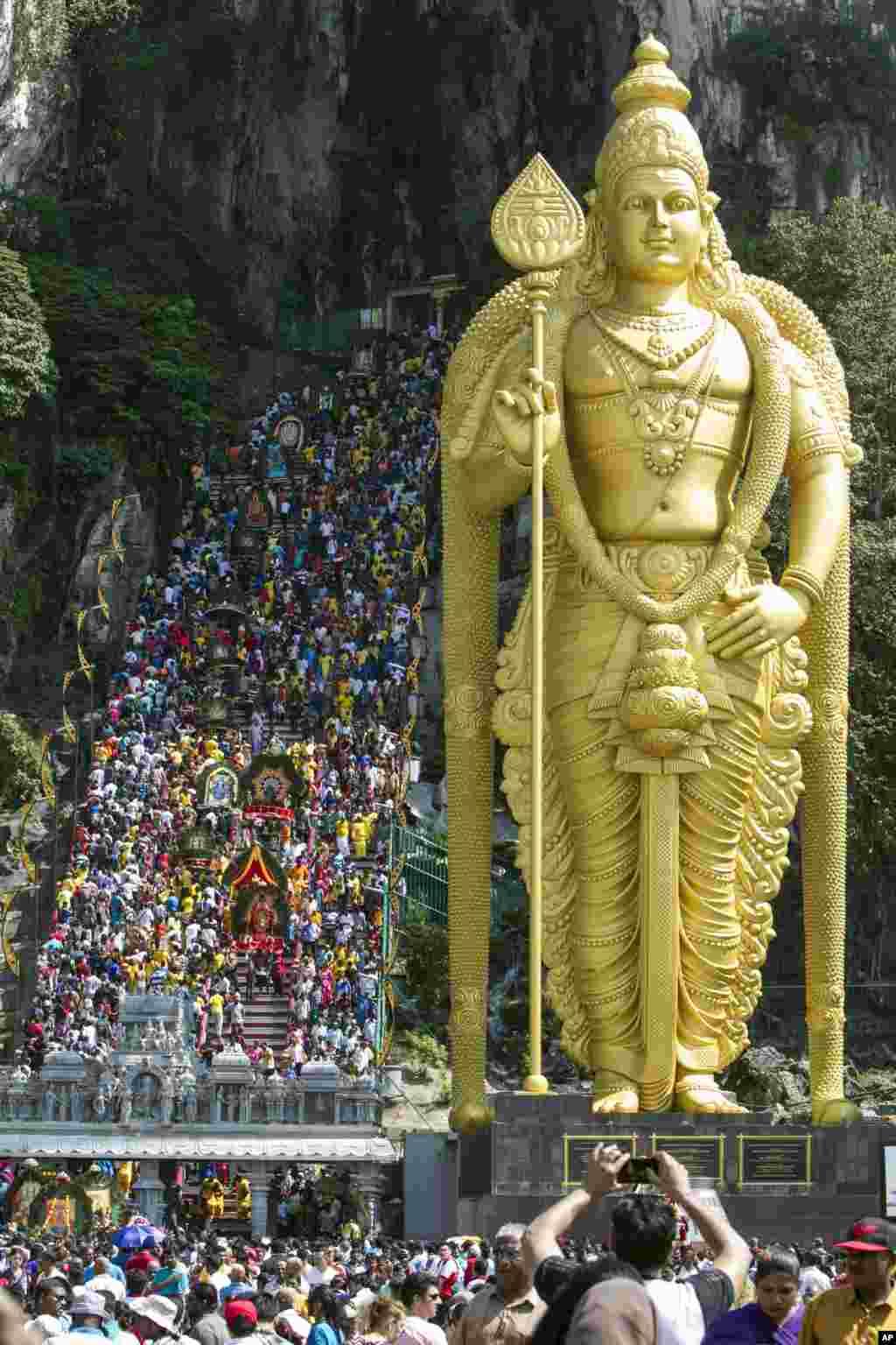 زیارت صدها هندو در فستیوال مذهبی شان در یکمعبدیدر کوآلا لامپور، پایتخت مالزی.
