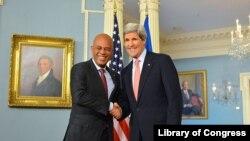 Sekretè Deta John Kerry ap bay Prezidan Martelly lanmen (foto achiv 5 fevriye 2014)