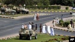 ພວກທະຫານສິ້ງຊອມເບິ່ງການປະທ້ວງ ທີ່ເມືອງ Sohar ປະເທດ Oman ວັນທີ 1 ມີນາ 2011