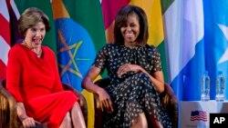 美国第一夫人米歇尔.奥巴马与前第一夫人劳拉.布什一起参加非洲第一夫人峰会。2013年7月2日