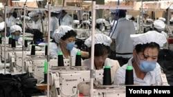 개성공단의 한 의류업체에서 일하는 북측 여성근로자들(자료사진)