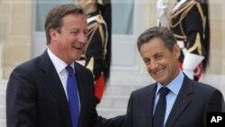 法國總統薩科齊(右)和英國首相卡梅倫(左)﹐在布魯塞爾舉行的一次歐元緊急會議上就債信危機會商意見分歧。(資料圖片)