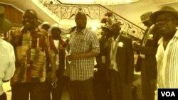 Induna uFortune Charumbira labanye bakhe balungiselela umhlangano ozakwenziwa ngoLwesihlanu koBulawayo.