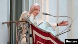 Paus Benediktus XVI memberkati para hadirin dari balkon kediaman musim panasnya di Kastil Gandolfo di selatan Roma, sesaat sebelum berakhirnya jabatan sebagai pemimpin gereja Katolik Roma, 28 Februari 2013 (REUTERS/Max Rossi)