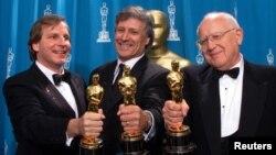 دیوید فرانزونی (نفر وسط) یکی از تهیه کنندگان فیلم گلادیاتور در سال ۲۰۰۰ بود که اسکار دریافت کرد.