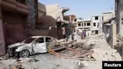 Warga berkumpul di sekitar lokasi serangan bom mobil di Kirkuk, 250 kilometer sebelah utara Baghdad, Irak , Minggu 11 Agustus 2013. Dua bom dilaporkan meledak di dekat Baghad, menewaskan sedikitnya 22 orang hari Senin (12/8).