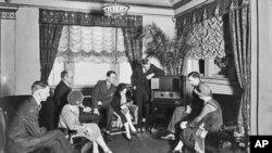 Skupina ljudi u Washingtonu, D.C. 1920-ih godina okupila se da bi slušala radio