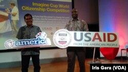 Derick Brown dan Irving Hutagalund di @America, Jakarta, Rabu, 22 Oktober 2014 (Foto: VOA/Iris Gera)