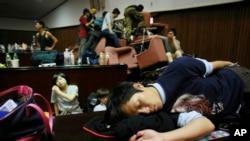 Sinh viên biểu tình sinh viên ngủ trên sàn của cơ quan lập pháp sau đêm đụng độ với cảnh sát tại Đài Bắc, Đài Loan, ngày 19/3/2014.