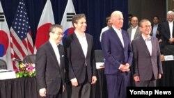 스기야마 신스케 일본 외무성 사무차관(왼쪽부터), 토니 블링큰 미국 국무부 부장관, 조 바이든 미국 부통령, 임성남 한국 외교부 제1차관이 14일 하와이 호놀룰루에서 열린 제4차 미한일 외교차관 협의회에 참석하고 있다. 바이든 부통령은 호주 방문 길에 하와이에 들른 것으로 알려졌다.