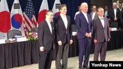 지난해 7월 하와이 호놀룰루에서 열린 제4차 미한일 외교차관 협의회에서 스기야마 신스케 일본 외무성 사무차관(왼쪽부터), 토니 블링큰 미국 국무부 부장관, 조 바이든 미국 부통령, 임성남 한국 외교부 제1차관이 기념촬영을 하고있다. 바이든 부통령은 하와이 방문 중 회의장을 찾았다.