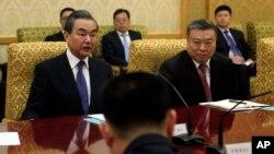 Državni savetnik Kine Vang Ji (levo), koji je i ministra spoljnih poslova na sastanku u Pjongjangu