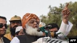میڈیا چینلز آزادی مارچ میں شامل رہنماؤں اور مولانا فضل الرحمن کو براہ راست دکھا رہے ہیں۔