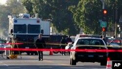Polisi Los Angeles tengah memeriksa lokasi penembakan di South Central Los Angeles, 29 Desember 2014 (Foto: dok/AP Photo/Nick Ut). Dua polisi Los Angeles cedera akibat tembakan, hari Minggu (15/3), memicu pencarian gencar terhadap dua oknum di South Los Angeles.