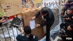 执达主任星期二下午在金钟占领区禁制令范围张贴禁制令 (美国之音汤惠芸拍摄)