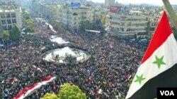 Pendukung Presiden Bashar al-Assad melakukan kirab di bundaran al-Sabaa Bahrat Damaskus, Suriah (28/11).