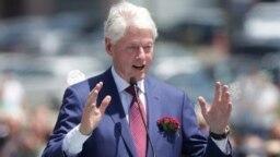 Mantan Presiden AS Bill Clinton menyampaikan pidato pada peringatan 20 tahun Penempatan Pasukan NATO di Kosovo di Pristina, Kosovo 12 Juni 2019. (Foto: REUTERS/Florion Goga)
