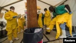 Ma'aikatan kiwon lafiya na kungiyar MSF su na shirin kai abinci ma masu fama da Ebola da ake kebe a wani asibitin da kungiyar ta bude don kula da masu Ebola a Kailahun a kasar Saliyo.