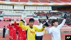 지난해 10월 북한 평양에서 열린 남북한 노동자 친선 축구대회에서 선수들이 입장하고 있다. (자료사진)