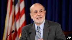 Chủ tịch FED Ben Bernanke phát biểu trong cuộc họp báo tại Cục Dự trữ liên bang tại Washington, ngày 18/9/2013. Ngân hàng trung ương Mỹ đã gây ngạc nhiên cho các nhà đầu tư qua việc tiếp tục áp dụng các biện pháp kích thích kinh tế.