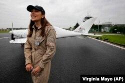 Remaja Belgia-Inggris Zara Rutherford berbicara di landasan di depan pesawat Shark Ultralight-nya sebelum lepas landas di lapangan terbang Kortrijk-Wevelgem di Wevelgem, Belgia, Rabu, 18 Agustus 2021. (Foto: AP/Virginia Mayo)