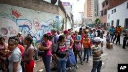 Người dân Venuezule xếp chờ lấy thực phẩm trợ giá.