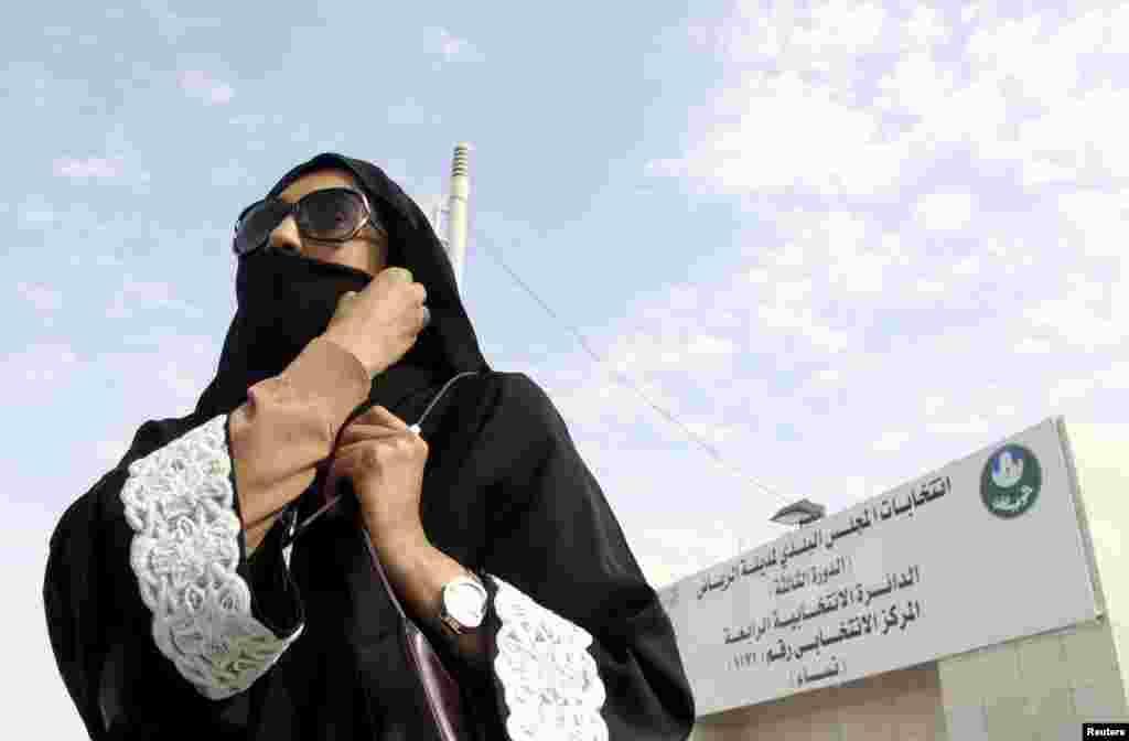 Mulher saudita deixa assembleia de voto
