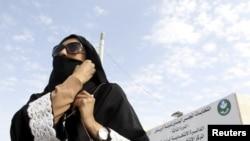 사우디 아라비아에서 12일 실시된 선거에서 여성 유권자가 투표를 마친 뒤 투표소를 떠나고 있다.