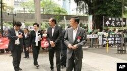 张文光(前)等泛民议员步入议事厅