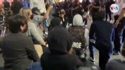 Policía se pone de rodillas en Nueva York