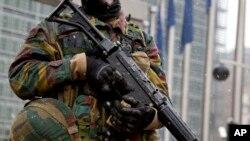 Binh sĩ Bỉ canh gác trước trụ sở Liên Hiệp Châu Âu tại Brussels, ngày 19/1/2015.