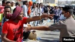 11일 사우디아라비아에서 외국인 폭동이 일어난 가운데, 에디오피아 외국인 노동자가 경찰과 대치하고 있다.