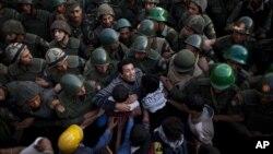 Người biểu tình đụng độ với binh sĩ Ai Cập phía trước dinh Tổng thống ở Cairo, ngày 9/12/2012.
