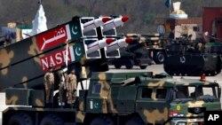 ARSIP - Rudal-rudal NASR buatan Pakistan diperagakan dalam sebuah parade militer yang menandakan Hari Kemerdekaan Pakistan, 23 Maret 2017 (foto: AP Photo/Anjum Naveed)