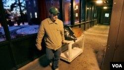 Mike Lally es un veterano de la guerra en Irak quien, al finalizar su servicio militar, no logró encontrar trabajo y tuvo que vivir en la calle. Ahora sobrevivie gracias a un refugio que ayuda a las personas sin hogar.