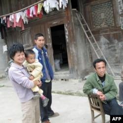 乌江边的村民跟记者交谈