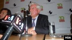 El escritor Mario Vargas Llosa habla durante el encuentro internacional sobre la libertad, en Caracas Venezuela. [Foto: Alvaro Algarra, VOA].
