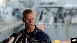 លោកឧត្តមនាវីទោ Joseph Aucoin ថ្លែងក្នុងសន្និសីទកាសែតមួយជាមួយនឹងនាវាបាក់បែក USS Fitzgerald នៅខាងក្រោយនៅមូលដ្ឋានកងទ័ពជើងទឹកនៃ U.S. Naval ក្នុងទីក្រុង Yokosuka ភាគនិរតីនៃទីក្រុងតូក្យូកាលពីថ្ងៃទី១៨ មិថុនា ២០១៨។