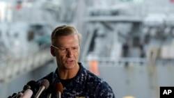 Laksama MudaJoseph Aucoin, komandan Armada ke-7 Angkatan Laut Amerika, saat memberikan keterangan kepada pers terkait kerusakan kapal USS Fitzgerald di Pangkalan Angkatan Laut AS di Yokosuka, barat daya Tokyo, 18 Juni 2017.(foto: dok).
