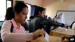 개헌안 찬반 국민투표를 하는 유권자들