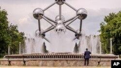 La fontaine Atomium à Bruxelles en Belgique le 26 juillet 2016. (AP Photo/Geert Vanden Wijngaert)