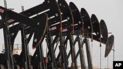 Hệ thống bơm dầu tại vùng mỏ dầu Sakhir của Bahrain trong vùng vịnh Ba Tư