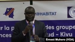 Deo Buuma, de l'APC expose sur les objectif du forum à Bukavu, le 14 septembre 2018. (VOA/Ernest Muhero)
