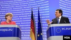 Kanselir Jerman Angela Merkel (kiri) dan Presiden Komisi Eropa Jose Manuel Barroso tidak sependapat soal solusi 'eurobonds'.
