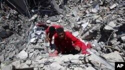 Secouristes au travail après l'attaque de dimanche à Surman, 70 kms à l'ouest de Tripoli