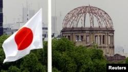 象征和平的万国旗飘扬在日本广岛和平纪念公园