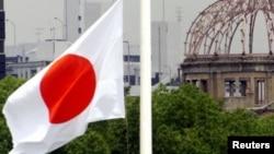 日本西部广岛和平纪念公园外的国旗