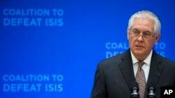 Le secrétaire d'Etat Rex Tillerson prend la parole à la réunion des ministres de la Coalition mondiale sur la défaite d'ISIS, au département d'État à Washington, le 22 mars 2017.